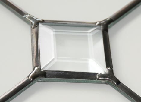 Le plomb, associé à des films de couleurs se rapproche esthétiquement d'un résultat semblable au vitrail. Des pièces de verre biseautées peuvent être ajoutées pour un apport en lumière du motif.