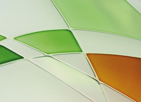 Application sur verre de résines neutres ou colorées, réalisée à la main de manière précise et minutieuse. Le reflet d'un travail authentique haut en couleur !