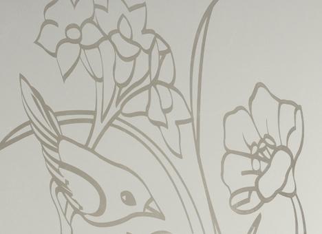 Procédé de dépolissage et de gravure du verre obtenu par projection puissante de sable suivant un modèle de pochoir.  Convient à tous les styles, modernes et traditionnels.