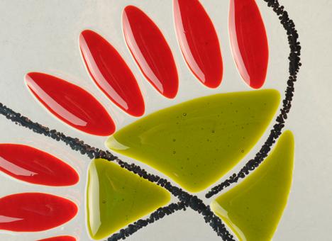 Superposition de plusieurs verres au four à haute température pour ne former qu'une seule pièce homogène et décorative. Doux mélange de reliefs et de  couleurs pour un résultat design.